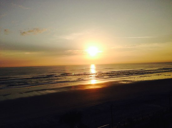 Boardwalk Inn and Suites : Morning sunrise from room