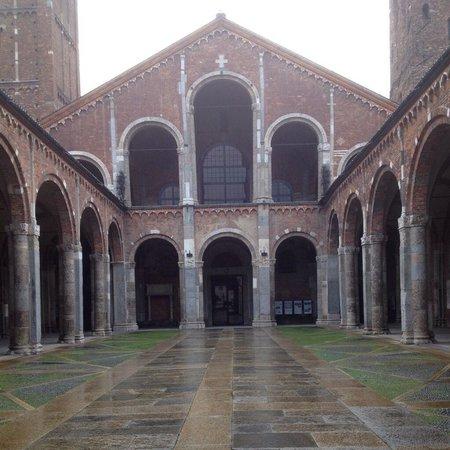 Basilica di Sant'Ambrogio: Sant'Ambrogio: esterno.