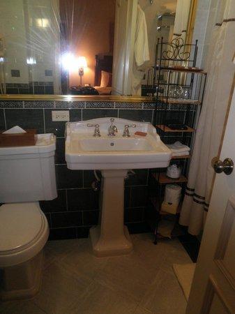 Casablanca Hotel by Library Hotel Collection: Great bathroom