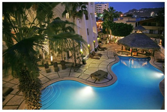 Bahia Hotel & Beach Club: Evening Poolside