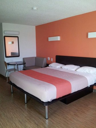 Motel 6 Houston - Hobby TX : The room with seating area