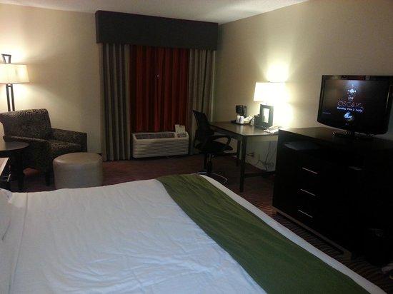 Holiday Inn Express Suites Vinita: modern room and tv
