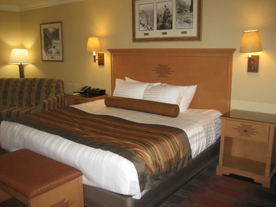 Best Western Premier Grand Canyon Squire Inn : King size bed