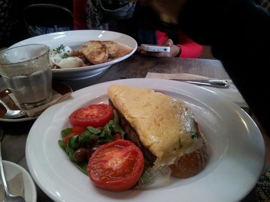 Berry Sourdough Cafe : Smoked mozzarella and pepper omelette