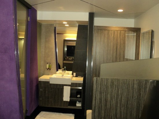 The Moment Hotel: Interesting bathroom design
