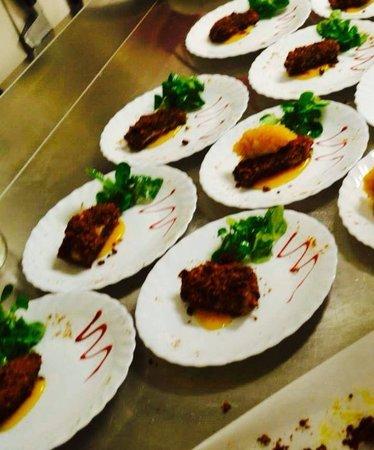 Restaurant L'Inedit: Foie gras poêlée en croute d'épices chutney pomme abricot, coulis mangue et sa fine roquette