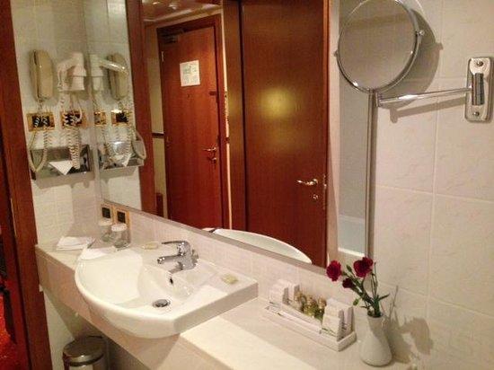 Golden Ring Hotel: Banheiro luxo