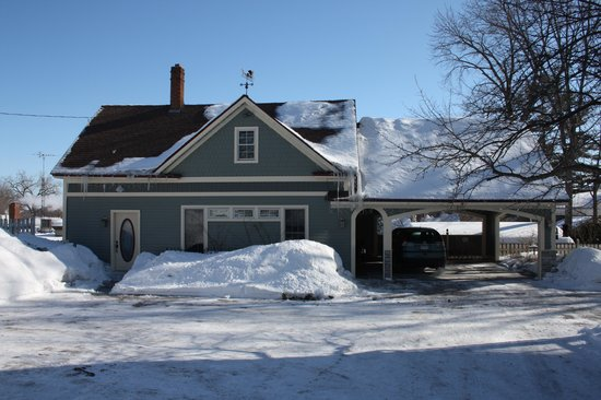 Aurora Staples Inn : Carriage House/ Carport