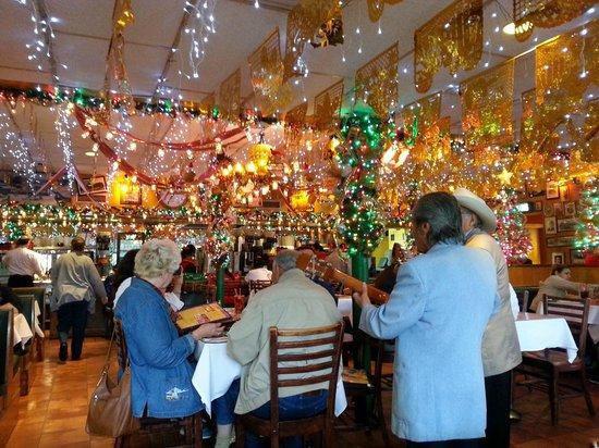 Mi Tierra Cafe & Bakery : Mariachi at Mi Tierra