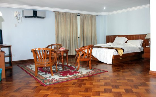 New Aye Yar Hotel: Sitting area with ceiling air conditioner.