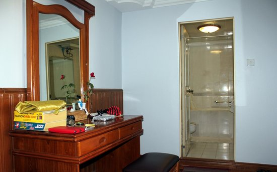 New Aye Yar Hotel: Writing table and entrance to bathroom