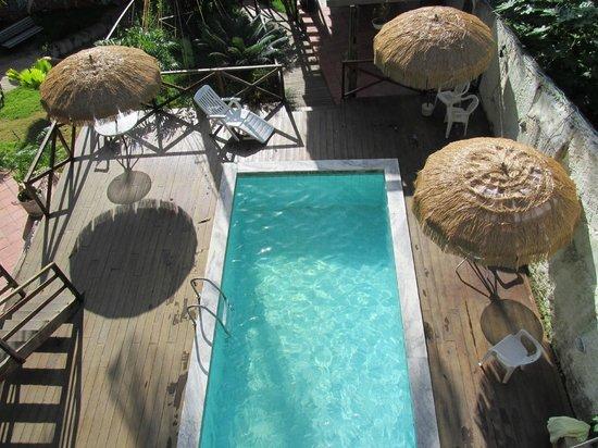 Pousada Alto Astral: Vista da piscina da janela do apto.