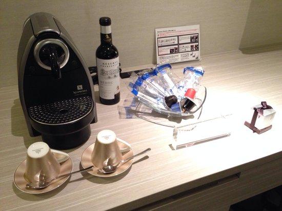 Mitsui Garden Hotel Ginza Premier: Free coffee & tea in the room