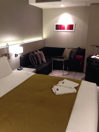 Mitsui Garden Hotel Ginza Premier: Double bed & sitting area