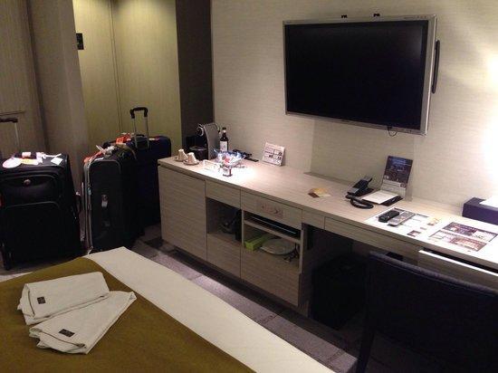 Mitsui Garden Hotel Ginza Premier: Bed & tv