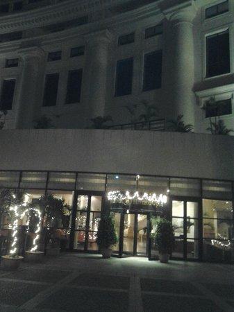 Hilton Hanoi Opera : una de las 2 entradas