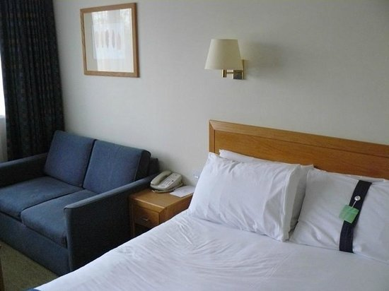 Holiday Inn London-Gatwick Airport: Room #1 - bed/lounge
