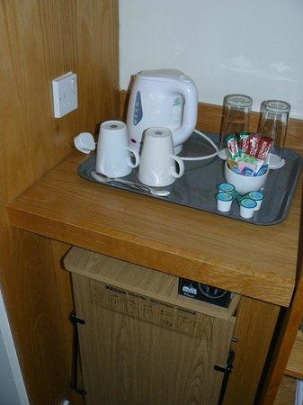 Holiday Inn London-Gatwick Airport : Room #2 - tea/coffee