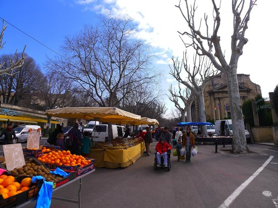 Le Marche d'Arles: Locals were shopping the market too