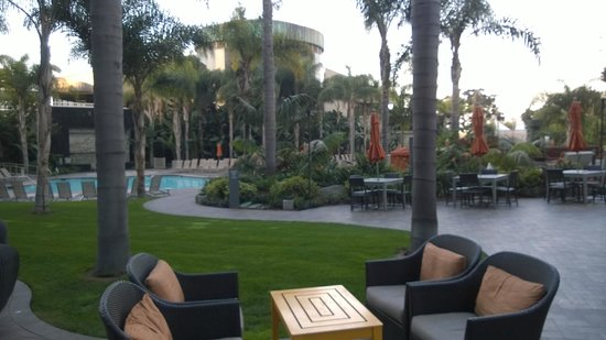 Marriott Marquis San Diego Marina : Garden / Pool area with cozy fires and furniture