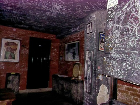 El Chanchullero de Tapas : Grafitti on the walls upstairs at El Chanchullero