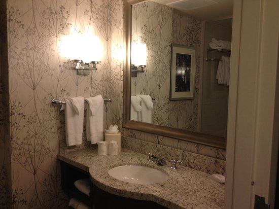 Hilton Garden Inn Atlanta Midtown : Bathroom.  Clean and well designed