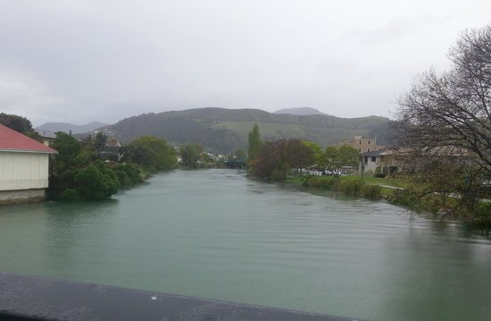 Trailways Hotel Nelson: View from the Trafalgar St Bridge to the mountains. Very pretty even in wet weather