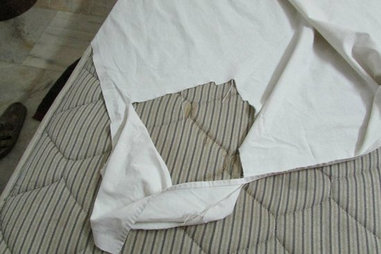 Hotel Empee : torn sheets