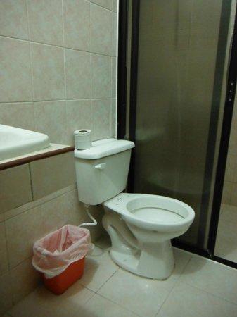 Los Cuates de Cancun: Baño incompleto: inodoro sin tapa.