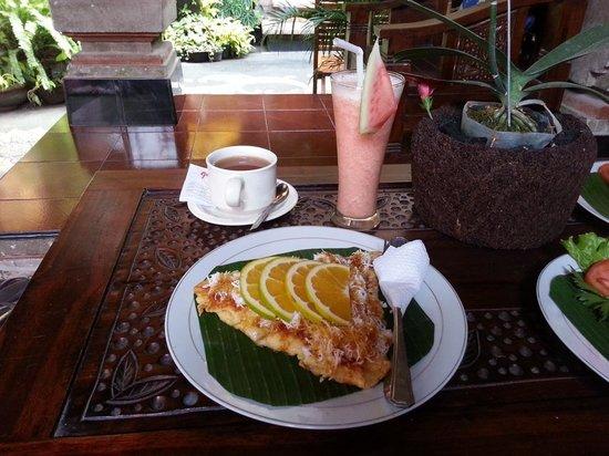 Praety Home Stay: Banana/pineapple pancake + mixed fruit juice + tea: my favorite!