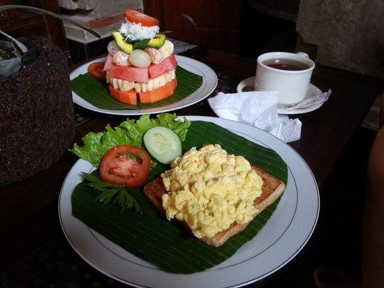 Praety Home Stay : Scrambled eggs on toast + fruits + tea