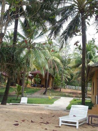 Sea Star Resort Phu Quoc: Вид с пляжа на отельные бунгало