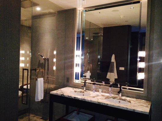 Park Hyatt Shanghai: parte del baño, el espejo tiene television