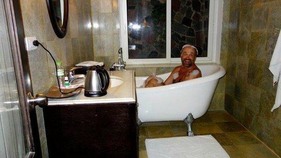 Hanoi Boutique Hotel & Spa: Fun in the bath tub