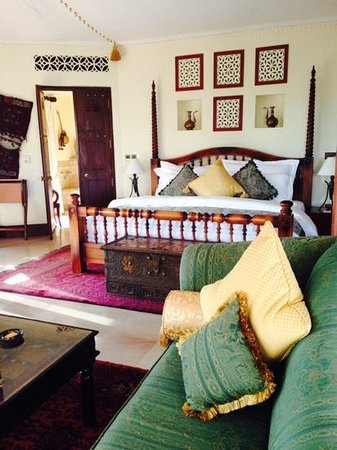 Al Maha, A Luxury Collection Desert Resort & Spa : master's bedroom of the royal suite