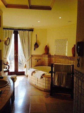 Al Maha, A Luxury Collection Desert Resort & Spa : master's bathroom