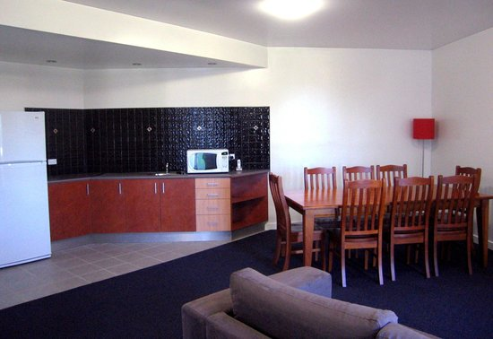 Country Roads Motor Inn Dysart: King Suite 8 person dining area and kitchenette