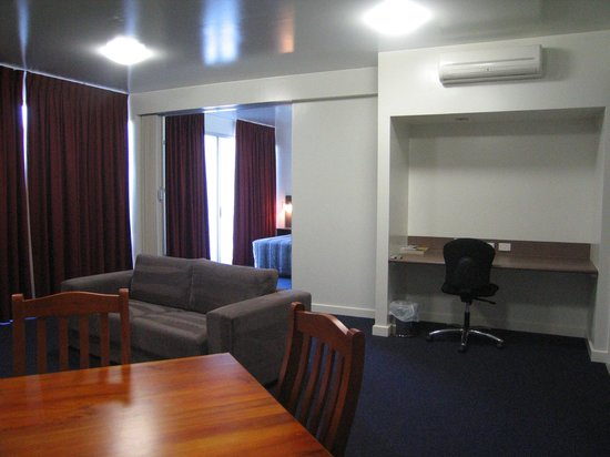 Country Roads Motor Inn Dysart: King Suite living area w lounge large flat screen TV and dining/kitchen