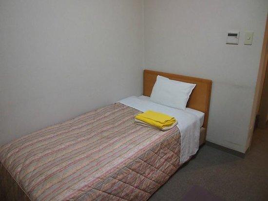 Business Hotel Santa: 本館のベッド