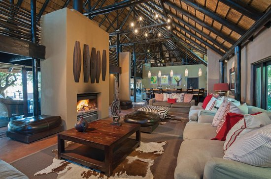Kariega Game Reserve - River Lodge: River lodge bar and lounge