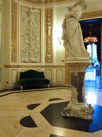 Villa Cora : in a common room
