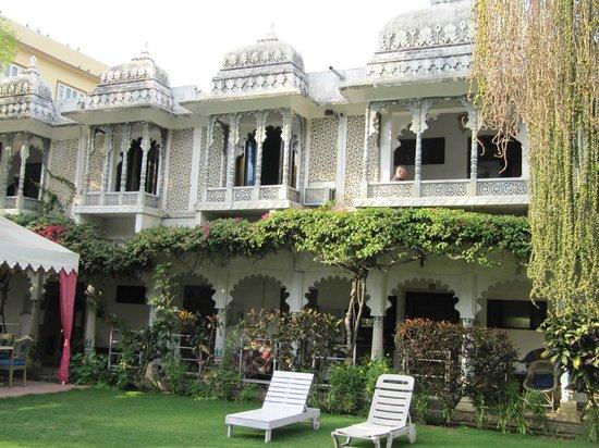 Rangniwas Palace Hotel : Facade view from the garden
