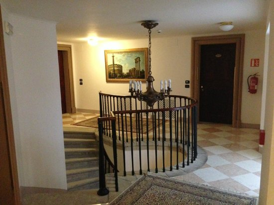 Charles Bridge Palace: винтовая лестница вниз (есть лифт тоже!!!)