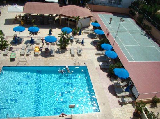 Nelia Beach Hotel: вид из номера на бассейн
