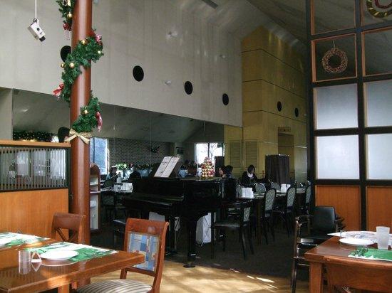 Saint Marc Saitamaurawashibaharaen : 店内の中央にグランドピアノがあって、夜は生演奏があります