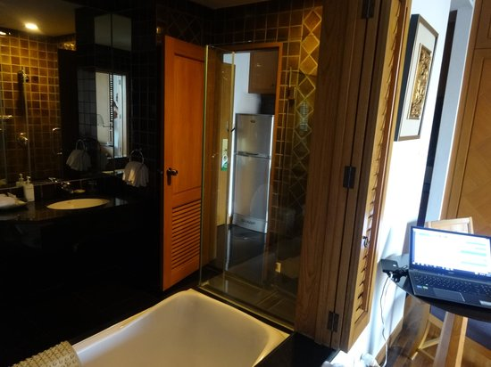 Grande Centre Point Hotel Ploenchit: Into the bathroom