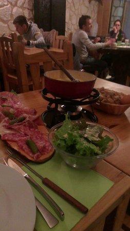 Creperie de l'Ours : Fondue fromage accompagnée de charcuterie