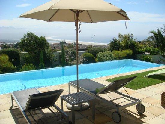 Aquavit Guest House: Pool mit Blick aufs Meer