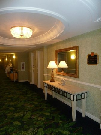 Miami Beach Resort and Spa: The hallway on 5th floor
