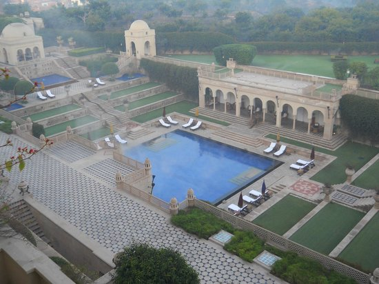 The Oberoi Amarvilas: Pool in the morning